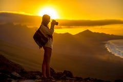 Mulher que fotografa a ilha de Fuerteventura imagem de stock royalty free