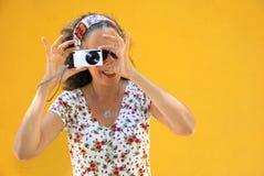 Mulher que fotografa o ponto & o tiro Foto de Stock Royalty Free