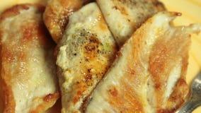 Mulher que frita a carne da galinha e que cozinha o quesadilla da batata doce video estoque