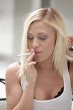 Mulher que fuma um cigarro Fotos de Stock Royalty Free