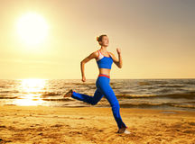 Mulher que funciona em uma praia Fotografia de Stock Royalty Free