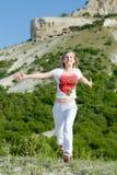 Mulher que funciona nas montanhas Imagem de Stock Royalty Free