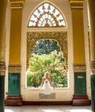 Mulher que gerencie ao redor em um vestido branco fotografia de stock royalty free