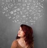 Mulher que gesticula com ícones sociais esboçados da rede acima de sua cabeça Fotos de Stock Royalty Free