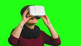 Mulher que gira sua cabeça com uns auriculares de VR sobre fotos de stock royalty free