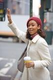 Mulher que graniza um táxi Imagem de Stock Royalty Free