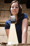 Mulher que grava acima da caixa Imagem de Stock