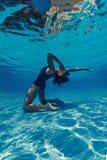 Mulher que grita no telefone na água Foto de Stock