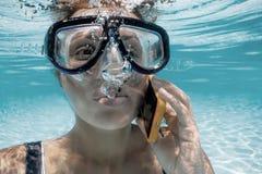Mulher que grita no telefone na água Fotos de Stock Royalty Free