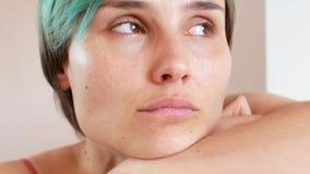 Mulher que gritam em casa, close-up da cara e emoções filme