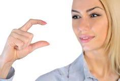 Mulher que guarda algo nos dedos Imagens de Stock Royalty Free