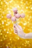 A mulher que guarda alguma bolo cor-de-rosa estala à disposição Fotos de Stock