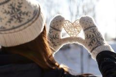 Mulher que guarda as mãos em uma forma do coração Imagem de Stock Royalty Free
