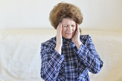 Mulher que guarda as mãos na cabeça, depressão, dor, enxaqueca Fotos de Stock Royalty Free