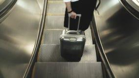 Mulher que guarda a bagagem para o curso, bagagem cinzenta que guarda pelo travele Foto de Stock Royalty Free