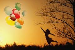 Mulher que guarda balões Fotografia de Stock