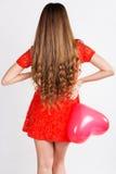 Mulher que guarda balões vermelhos do coração Imagem de Stock Royalty Free