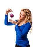 Mulher que guarda a bola decorativa Imagens de Stock