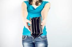Mulher que guarda a bolsa sem o dinheiro para dentro foto de stock royalty free