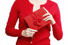 Mulher que guarda a caixa atual vermelha com curva grande Imagem de Stock