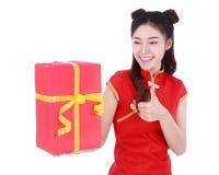Mulher que guarda a caixa de presente vermelha no conceito do ano novo chinês feliz fotos de stock