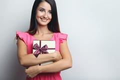 Mulher que guarda caixas de presente Imagem de Stock Royalty Free