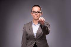 A mulher que guarda chaves no conceito da hipoteca do alojamento Fotografia de Stock Royalty Free