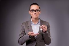 A mulher que guarda chaves no conceito da hipoteca do alojamento Imagem de Stock