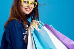 Mulher que guarda a compra, close-up, sorriso, retrato fotografia de stock royalty free