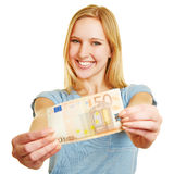 Mulher que guarda a conta do Euro 50 em suas mãos Imagens de Stock Royalty Free