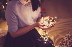 Mulher que guarda a decoração do Natal Fotografia de Stock