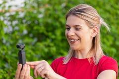 Mulher que guarda DJI Osmo Camera fotos de stock