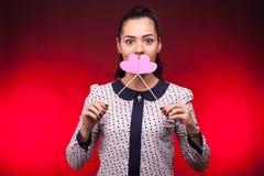 Mulher que guarda dois corações cor-de-rosa nas mãos Imagem de Stock
