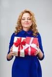 Mulher que guarda dois giftboxes Imagens de Stock