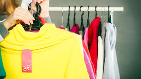 Mulher que guarda a etiqueta do disconto Venda e retalho Fotografia de Stock Royalty Free