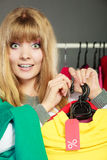 Mulher que guarda a etiqueta do disconto Venda e retalho Fotos de Stock Royalty Free