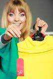 Mulher que guarda a etiqueta do disconto Venda e retalho Foto de Stock