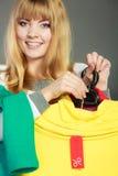 Mulher que guarda a etiqueta do disconto Venda e retalho Imagens de Stock