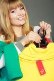 Mulher que guarda a etiqueta do disconto Venda e retalho Fotografia de Stock