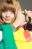 Mulher que guarda a etiqueta do disconto Venda e retalho Foto de Stock Royalty Free