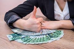 Mulher que guarda 100 euro- contas Imagem de Stock Royalty Free