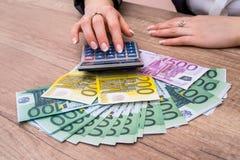 Mulher que guarda 100 euro- contas Fotografia de Stock