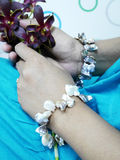 Mulher que guarda flores da orquídea imagens de stock royalty free