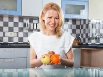 Mulher que guarda frutos frescos nas mãos Foto de Stock