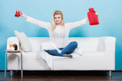 Mulher que guarda a garrafa de água e o chá quentes no copo Imagem de Stock
