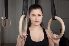 A mulher que guarda a ginástica soa o crossfit Imagens de Stock
