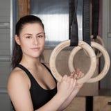 A mulher que guarda a ginástica soa o crossfit Fotos de Stock