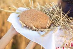 Mulher que guarda a grão de pão Fotos de Stock Royalty Free