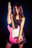 Mulher que guarda a guitarra fotografia de stock royalty free