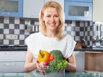 Mulher que guarda legumes frescos nas mãos Fotos de Stock